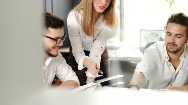 Tři mladí kreativní návrháři pracující na projektu společně. Týmová práce. 20s. 4 k