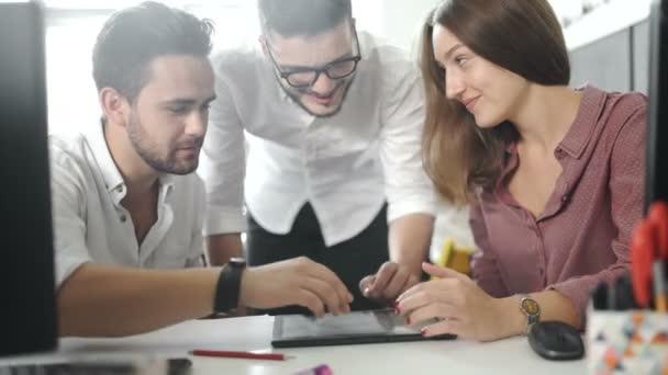 Közösségi iroda csapat ötletgyűjtéshez használható, modern irodában. Projekt menedzser kutatása folyamatban. 20-as 4 k.