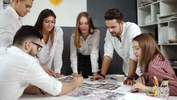 Start-up-Business-Team arbeitet an Entwurf 20s 4k.
