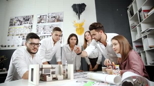 Junges Team von Architekten, die Arbeit an einem neuen Projekt der 20er Jahre 4 k