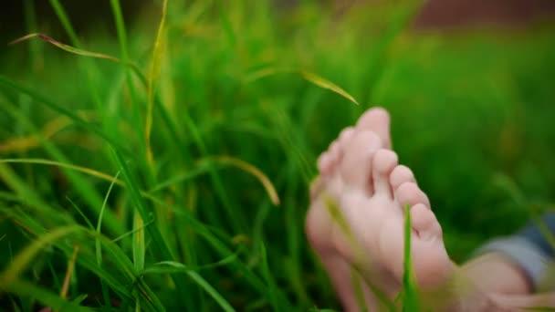bosé nohy v trávě