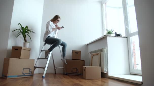 mladá žena sedící na žebříku