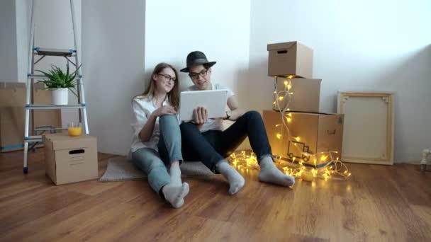 mladý pár s digitálním tabletu