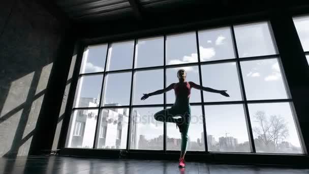 atraktivní yogi žena cvičení jógy