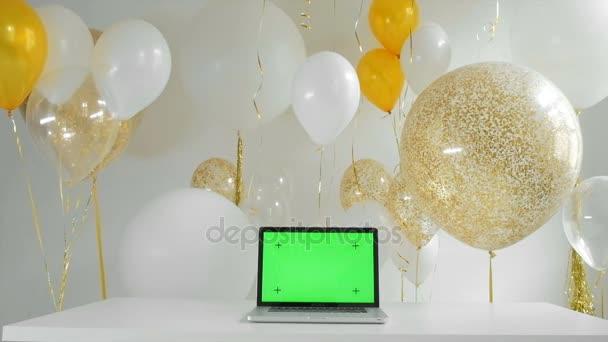 notebook s izolované zeleným plátnem. Zlaté a stříbrné bubliny pozadí. Nový rok koncept 1080p fullhd