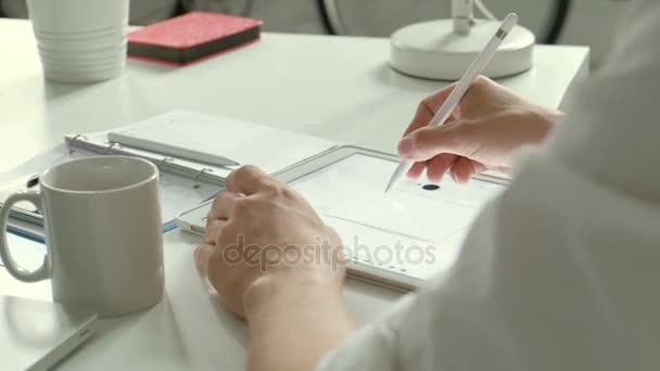 Návrhář pracující s grafikou tablet 20s 4 k