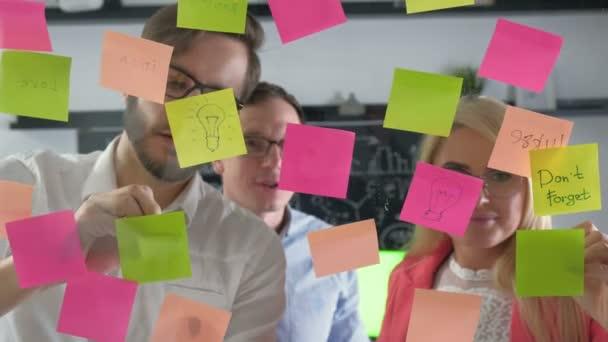 Poznámka: připomenutí rozvrh lepenka. Setkání podnikatelů a použití lepicí poznámky sdílet myšlenky. Diskuse - podnikání, týmová práce, koncepce 20s 4 k