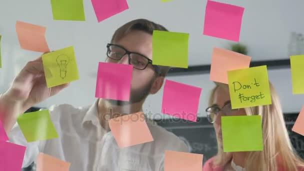 Kreativní podnikání tým diskuzí spolupráce sdílení dat pozdě v noci po hodinách v moderní skleněná kancelář 20s 4 k