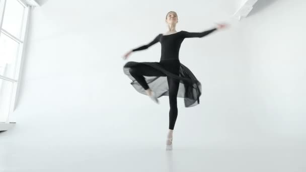 Atraktivní bruneta baletka v bílých pointe tančit v bílých taneční studio 20s 1080 p pomalý pohyb