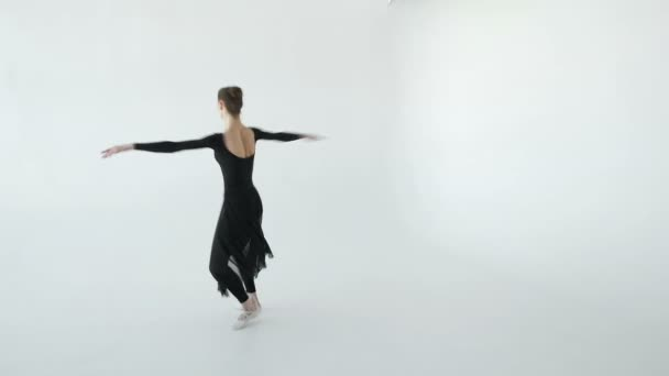 Vonzó barna balerina-fehér pointe egy fehér dance studio 20s 1080 p lassú tánc