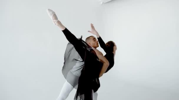 20s baletní tanečníci jsou úžasně pohybovali zpomaleně bílé taneční třídy 120fps.