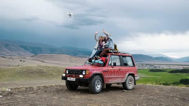 Grupa Przyjaciół Robić Selfie Na Drone Siedzi Na Czerwony Samochód