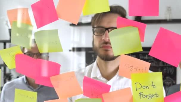 Ember közben találkozó irodájában, a matrica Öntapadó jegyzet post van írva ötlet