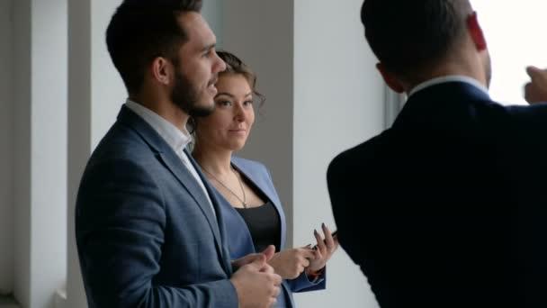 Obchodní tým mluvit o projektu s partnerem