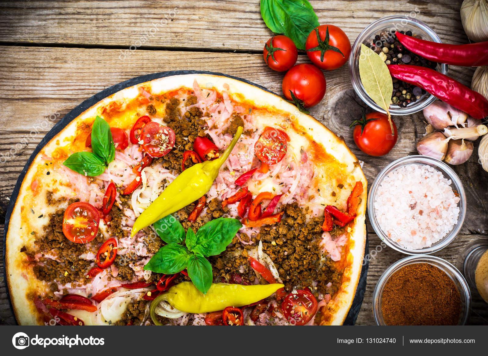 Пицца с ветчиной и фаршем