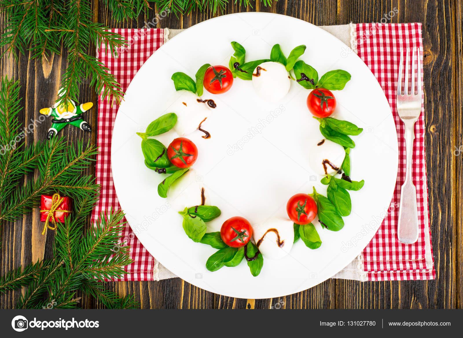 Kerst krans caprese salade feestelijke voorgerecht op een wit plat