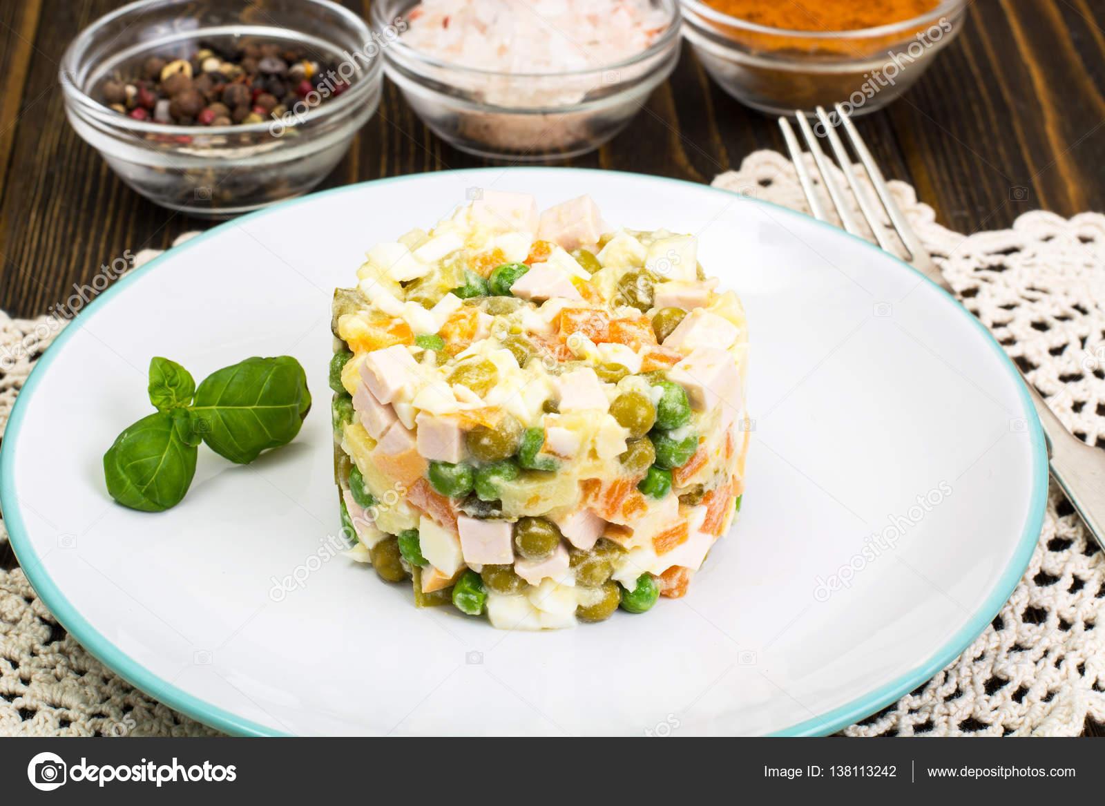 Salat Von Gekochtem Gemüse Mit Mayonnaise Stockfoto