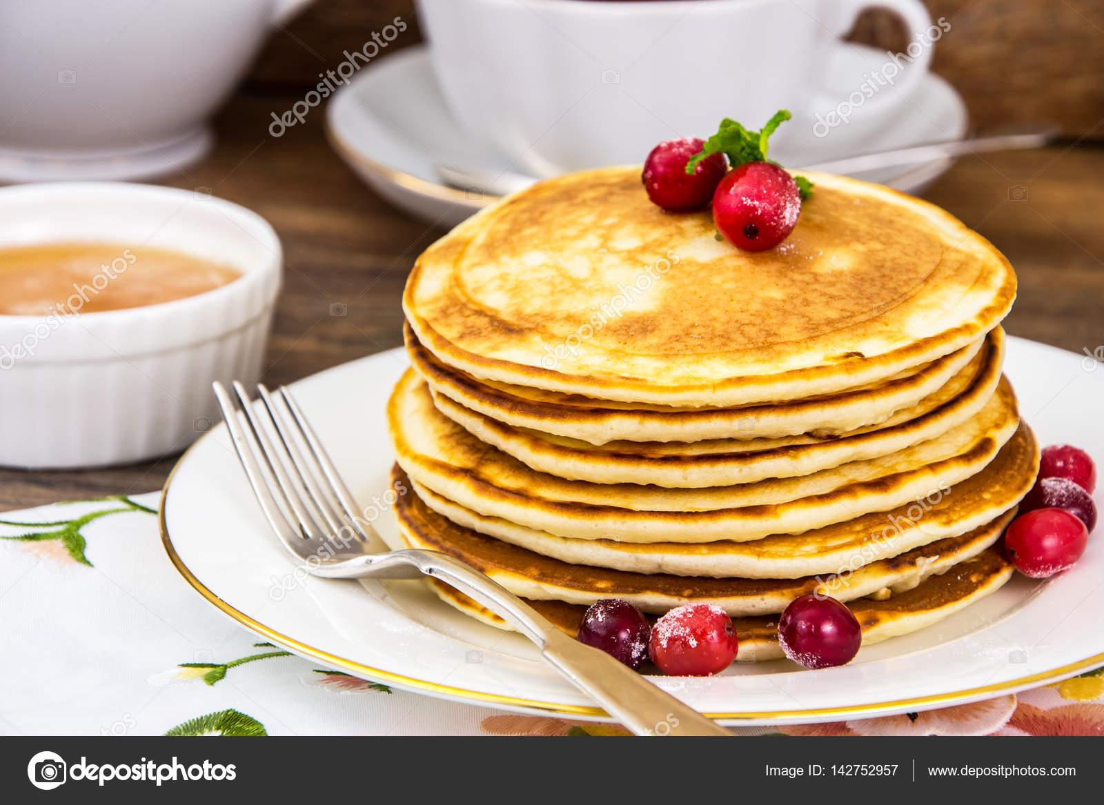 leckere pfannkuchen mit preiselbeeren und honig stockfoto 142752957. Black Bedroom Furniture Sets. Home Design Ideas