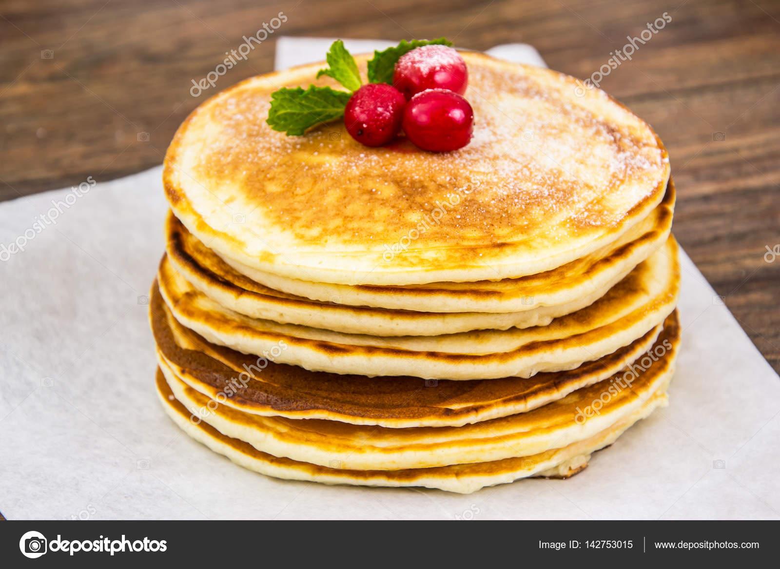 leckere pfannkuchen mit preiselbeeren und honig stockfoto 142753015. Black Bedroom Furniture Sets. Home Design Ideas
