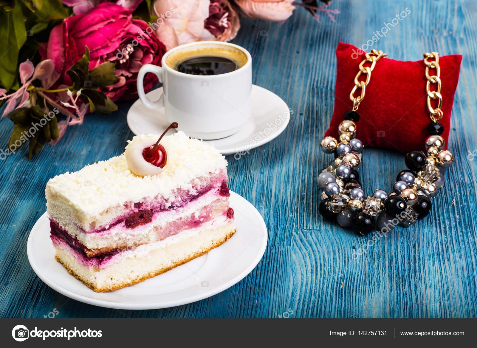 Stuck Kuchen Kuchen Sahne Kirschen Schlagsahne Auf B Stockfoto