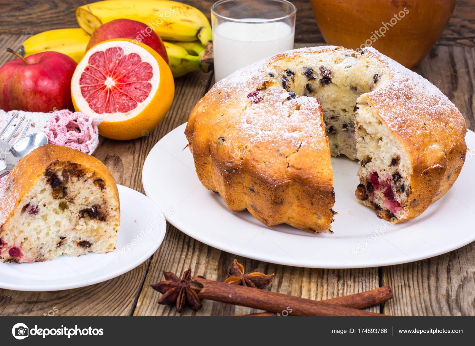 Hausgemachte Kuchen Obst Und Glas Frischer Milch Stockfoto