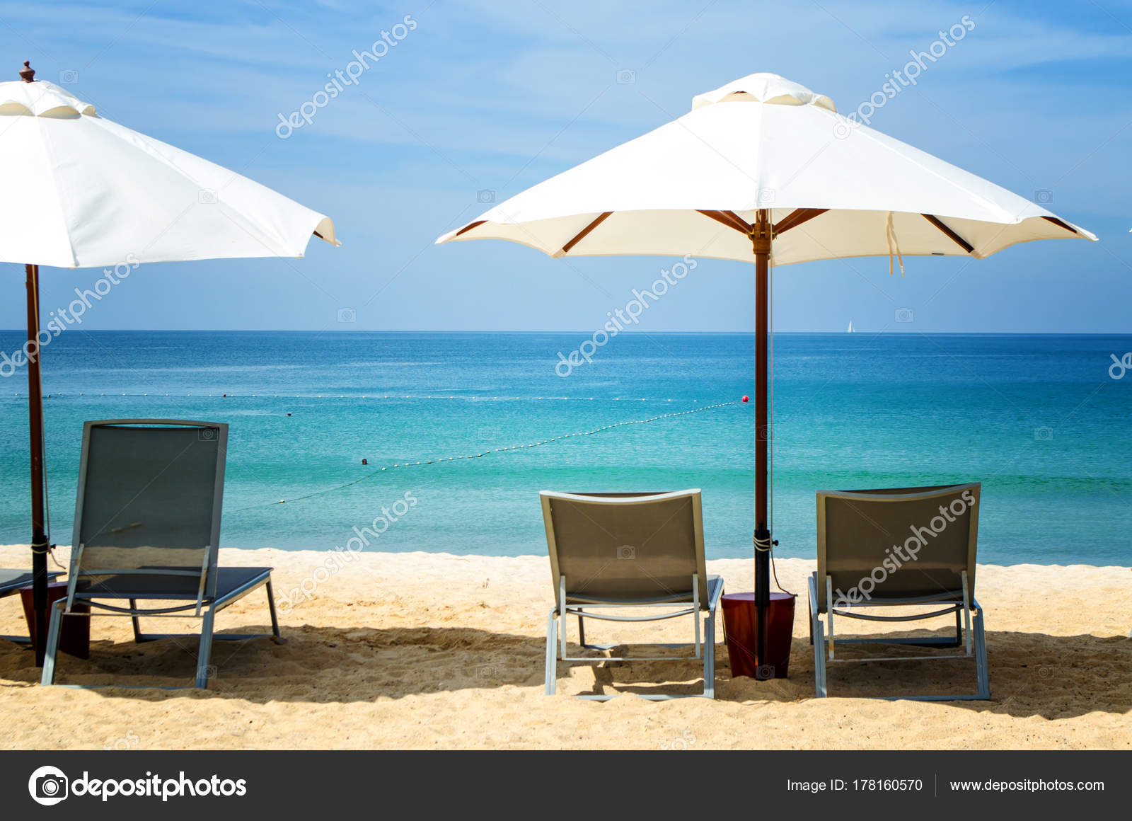 Liegestuhl mit sonnenschirm strand  Weißen Sonnenschirm und Liegestuhl am Strand — Stockfoto ...