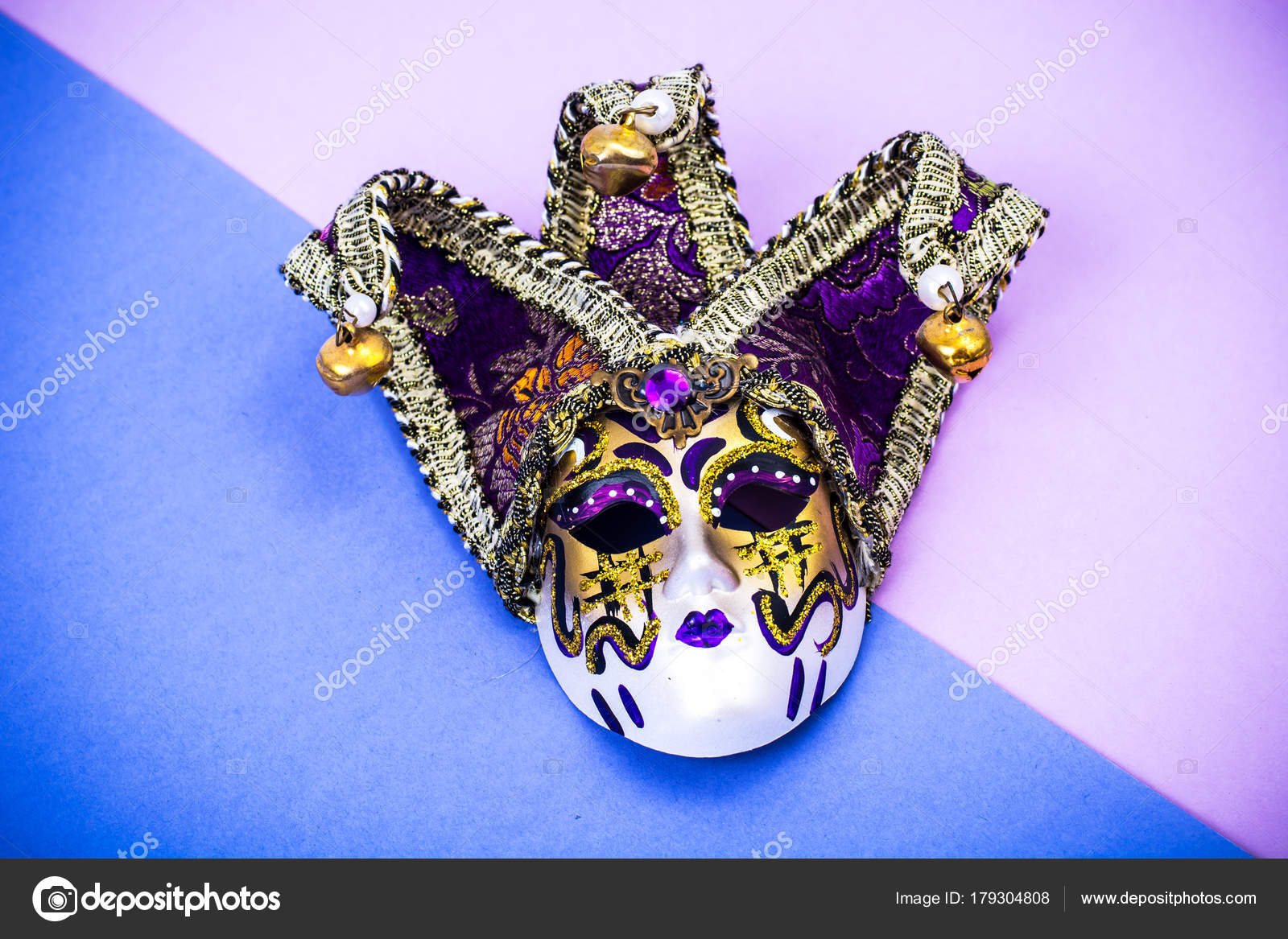 40337e9434e2 Luxurious masquerade Venetian carnival mask on purple background — Stock  Photo