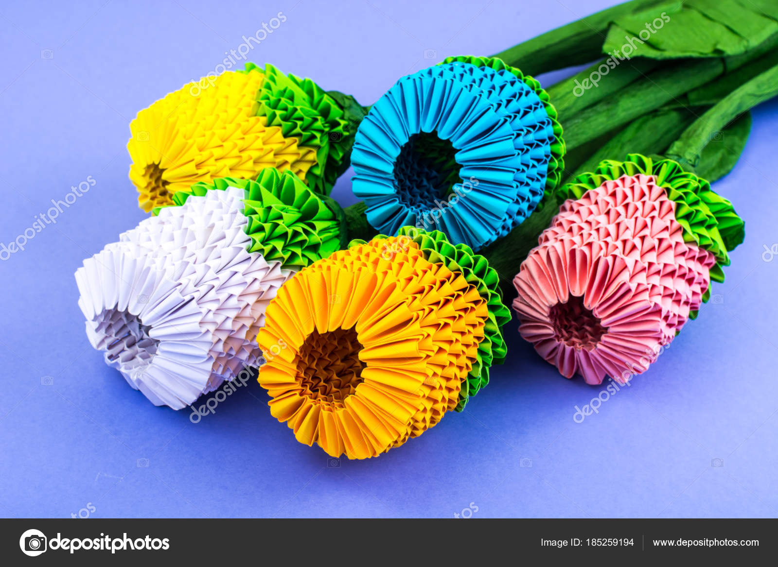 Mazzo Di Fiori Origami.Origami Bouquet Of Multicolored Flowers On Violet Background