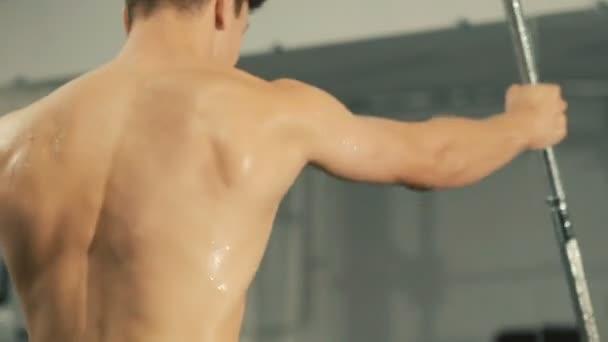Sportsman trénink kick s vybavením cvičení v tělocvičně