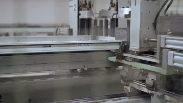 Řádek výroby plastových oken. 4k
