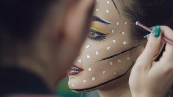 Umělec kreslení dívka halloween make-up Studio