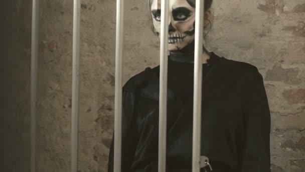 Žena upíra popraskání v katakomby s mřížkou