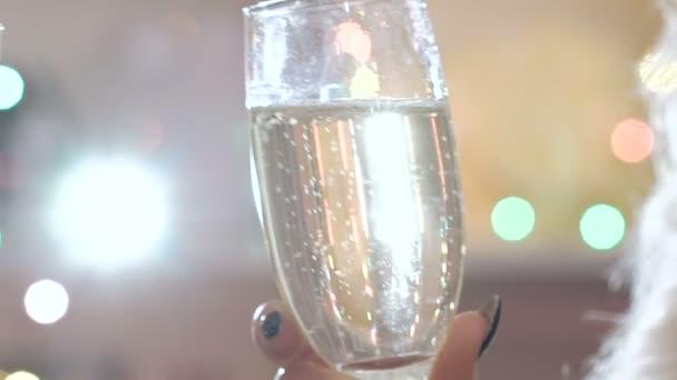 Zwei Gläser mit Champagner Toasten über Urlaub Hintergrund blinken. Langsam