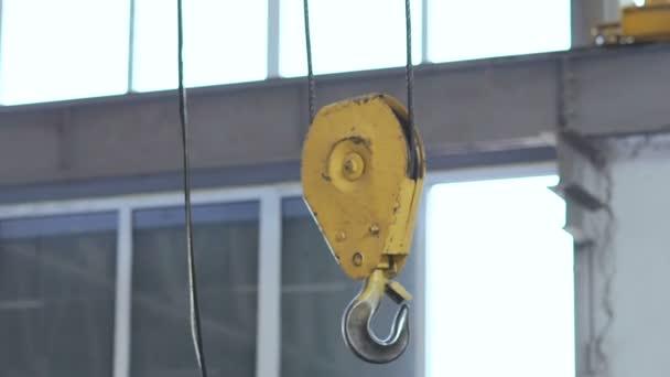 Largano motore in officina sulla fabbrica