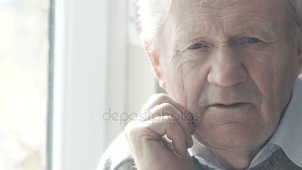 Portrét emocionální šťastného starce se usmívá na kameru