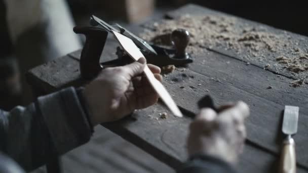 Starý tesař rubal dřevěné nástroje v dílně 4k