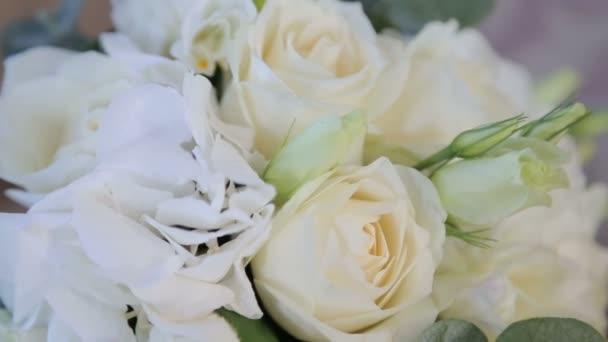 Svatební kytice v pohovku, svatební atributy