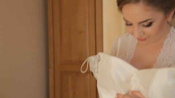 Elegantní nevěsta se snaží na svatební šaty svatební Boutique, průměrný střelec