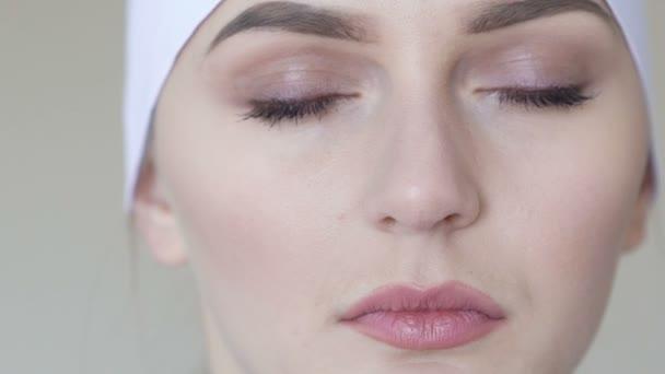 Zár-megjelöl szemcsésedik-ból női orvosi munkavállaló vizsgálja a kamera
