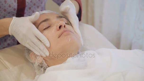 Omlazující masáž obličeje v salonu krásy