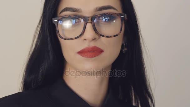 c74405cca6 Retrato de niña apasionada en gafas con ojos grandes y labios rojos. Poco a  poco– metraje de stock