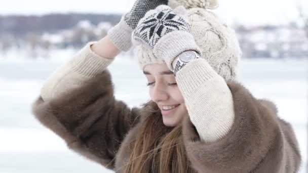 Javítása, és pózol a hat téli napon a csinos lány