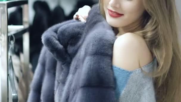 Gyönyörű lány úgy dönt, egy bundát a boltban lassan