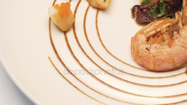 Portion köstlicher Meeresfrüchte-Salat