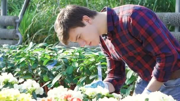 Zahradník v květech v obsluhou