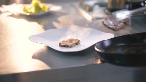 Master Chief macht Fleischgericht Präsentation in 4k
