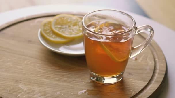 A tea és a szelet citromot forgó fából készült háttér
