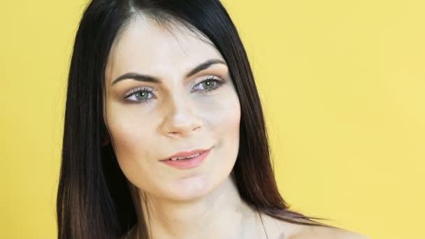 Aranyos nő érzelem meglepő sárga háttéren. Lassan