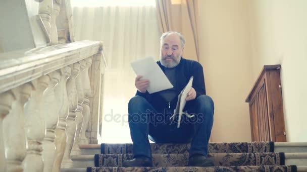 Naštvaný starý muž hodil scénář o schody v rozlišení 4k