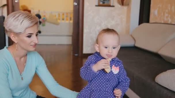 Rozkošné dítě jíst chléb a sdílení s matkou